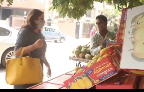 आम खरीदने के लिए निकली फराह खान, मोलभाव करते हुए वीडियो वायरल होने पर पैपराजी को लगाई फटकार, video