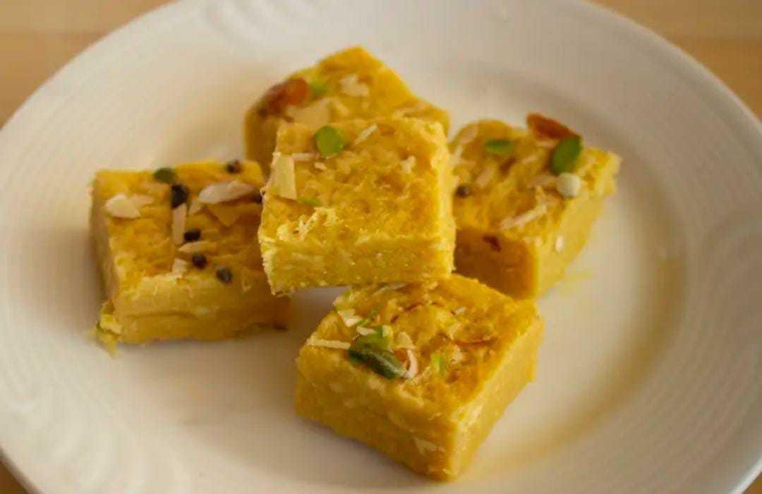 Coconut Barfi Recipe Without Khoya: नारियल की बर्फी कैसे बनाएं